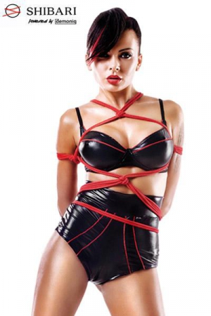 Ensemble Shinju Shibari : Ensemble noir et rouge soutien-gorge balconnet et shorty lacé taille haute, et deux cordes de bondage pour pratiquer l'art Shibari.